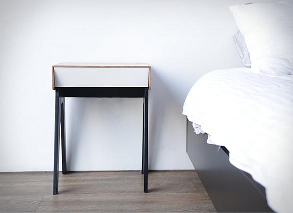 Slim nachtkastje maakt de slaapkamer een stuk aangenamer want - Een nachtkastje ...