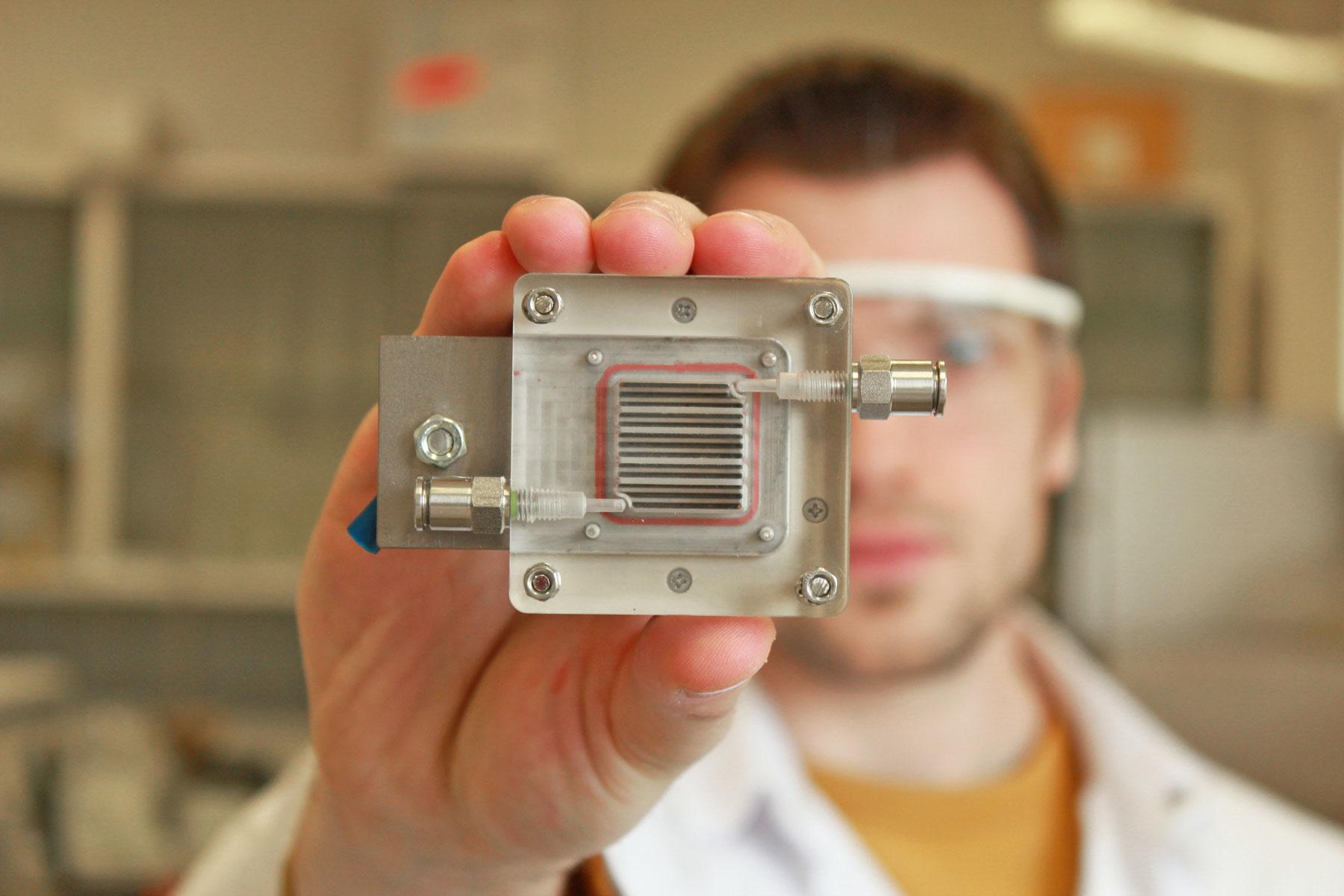 apparaat dat vervuilde lucht omzet in brandstof
