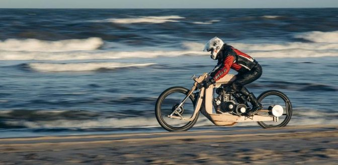 motorfiets van hout door Mooiji en Mans