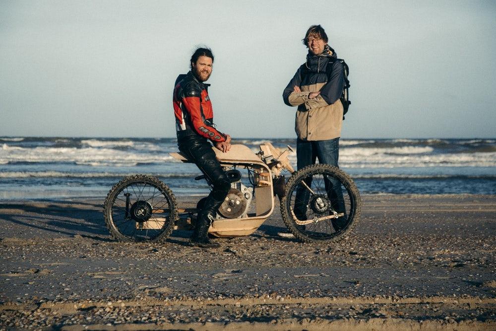 motorfiets van hout met algenoliemotor