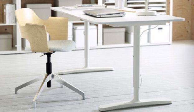 Slim bureau van ikea is betaalbaar en elektrisch in hoogte verstelbaar