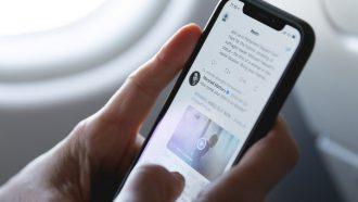 smartphone verbaasd twitter timeline