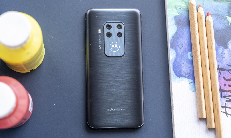 Motorola One Zoom review design