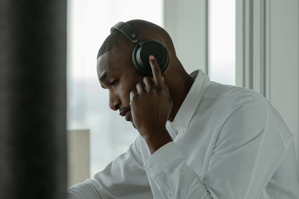 Microsoft Surface Headphones noise cancelling