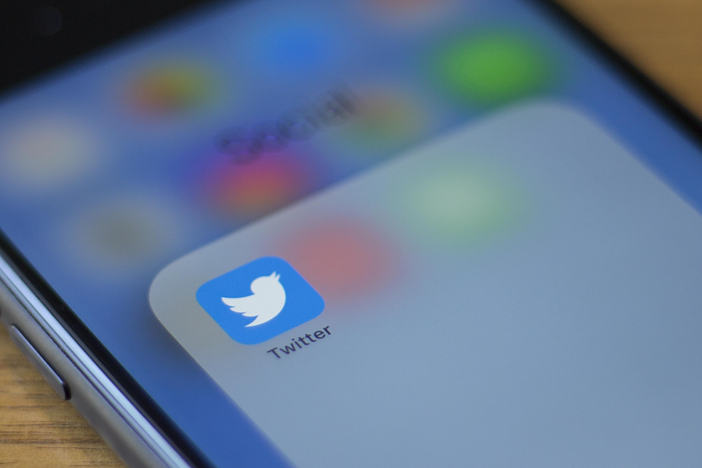 Twitter logo smartphone